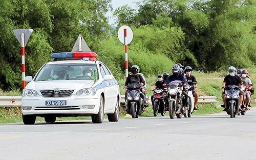 Công an Nghệ An dẫn đường, đảm bảo an toàn cho người dân về quê