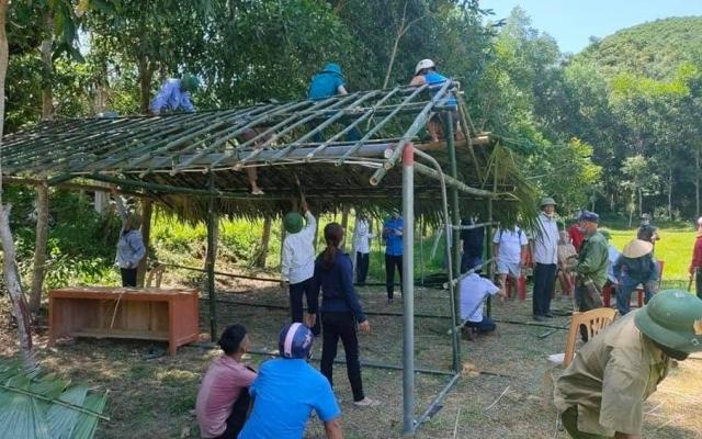 Nghệ An: Chặt tre, lá cọ dựng lán dã chiến đón công dân từ các tỉnh phía Nam về quê nhà