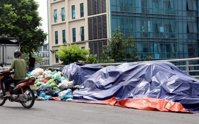 Hàng trăm tấn rác bị ùn ứ ở khắp nơi tại TP Cẩm Phả khiến người dân bức xúc