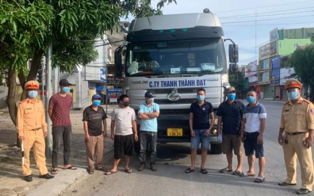 """6 người trốn trên xe đầu kéo để """"thông chốt"""" ra khỏi TP Vinh"""