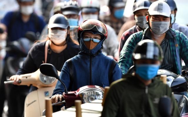 Dòng người ken đặc ngày đầu mở lại nhiều dịch vụ ở Hà Nội