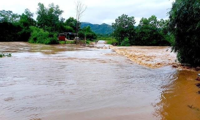 Mưa lớn khiến nhiều nơi ở Nghệ An bị chia cắt, hồ thủy lợi lớn nhất tỉnh bắt đầu xả tràn