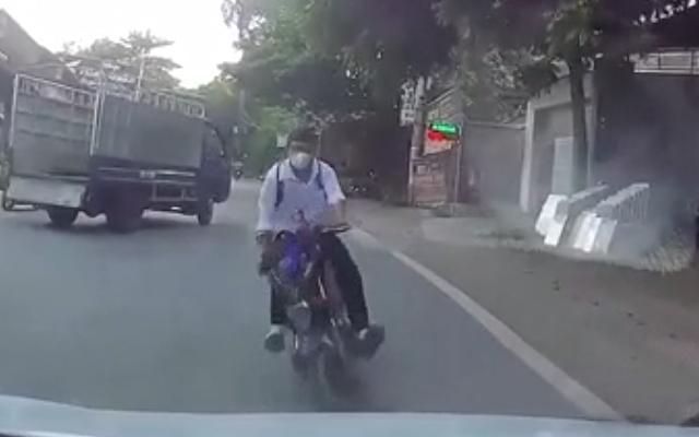 Clip: Nam học sinh đi xe đạp điện tránh xe tải tông thẳng vào đầu xe ô tô