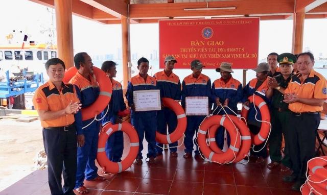 Cứu nạn 7 thuyền viên tàu cá gặp sự cố chết máy tại vùng Nam vịnh Bắc Bộ