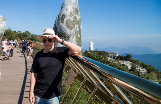 Đưa siêu du thuyền đến Đà Nẵng, tỷ phú Joe Lewis thăm quan Cầu Vàng