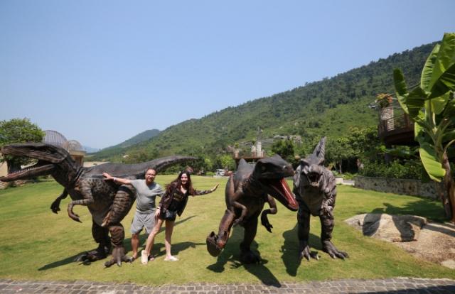 Du khách thích thú ghé thăm công viên khủng long tại Đà Nẵng trong dịp nghỉ lễ