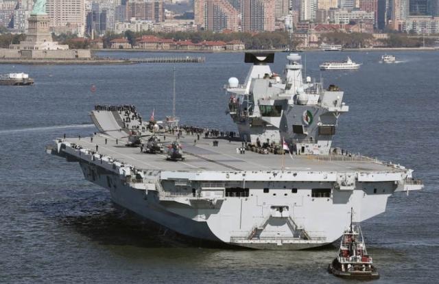 Tàu sân bay Anh bị thủng giữa biển, thủy thủ đoàn suýt chết đuối