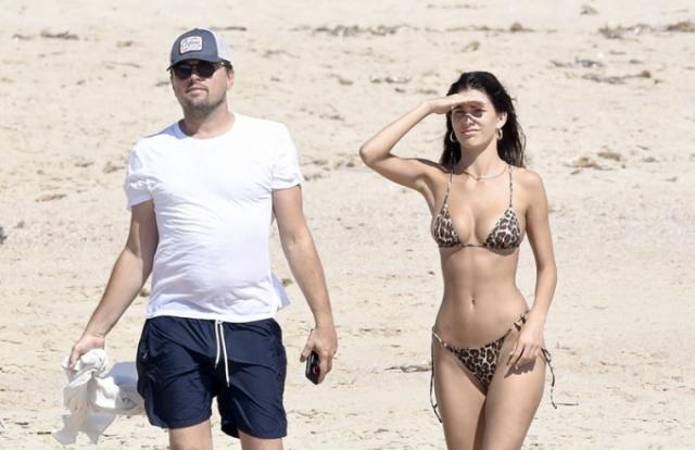 Leonardo DiCaprio vui đùa bên gái xinh trên bãi biển