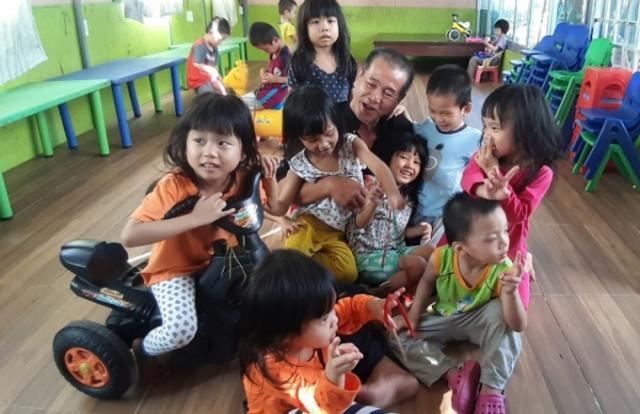 Người đàn ông thiện nguyện nuôi dưỡng 88 đứa trẻ mồ côi