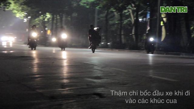 """Hà Nội: """"Toát mồ hôi """" xem hàng chục quái xế bốc đầu, đua xe quanh Hồ Gươm"""