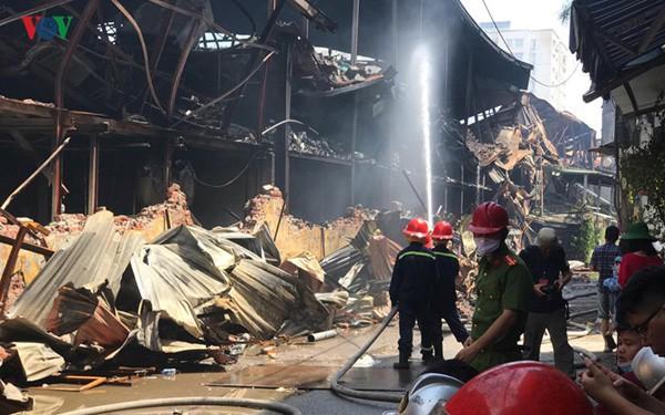 Cháy công ty Rạng Đông: Người dân đã quay trở lại nhưng vẫn bất an