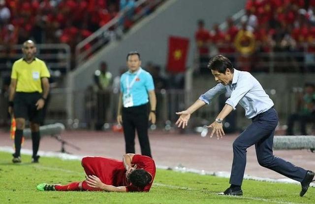 Chỉ trích Bùi Tiến Dũng, HLV Akira Nishino muốn đẩy áp lực sang đội tuyển Việt Nam
