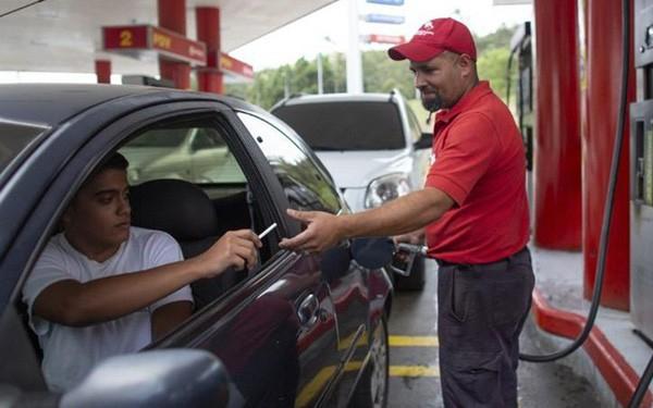 Tiền mất giá, người dân Venezuela dùng kẹo, thuốc lá... để mua xăng