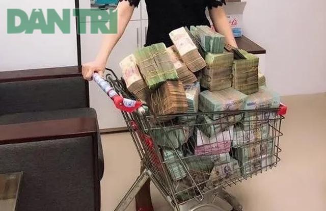 """Những """"vua tiền mặt"""": Vác bao tải, chở ô tô đầy… tiền đi mua bất động sản"""