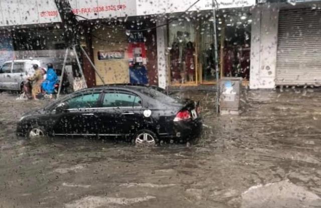 Mưa lớn, nhiều tuyến phố Đà Nẵng bị 'nhấn chìm'