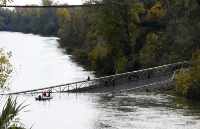 Sập cầu treo tại Pháp có thể do quá trọng tải