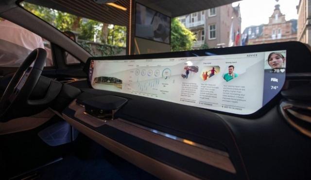 Quên đi mã lực, kích cỡ màn hình mới là cuộc chiến của ngành xe hơi
