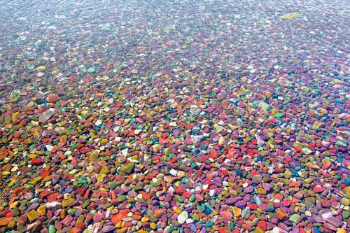 """""""Đẹp ngất ngây"""" hồ sỏi đa màu sắc nhất thế giới"""