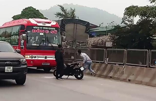 Tạm giữ 2 thanh niên đập vỡ kính, truy đuổi xe khách hàng chục km