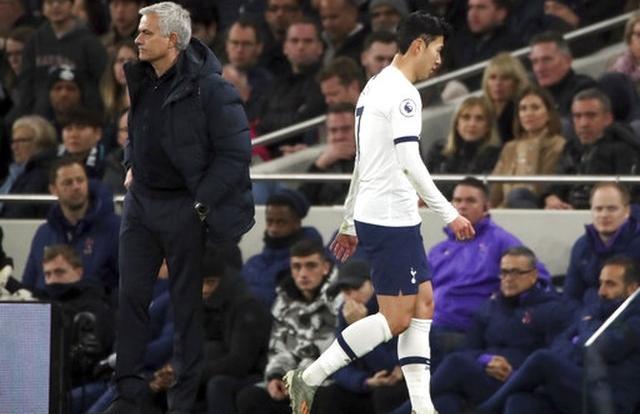 Tottenham 0-2 Chelsea: Willian lập cú đúp, Son Heung Min lại nhận thẻ đỏ