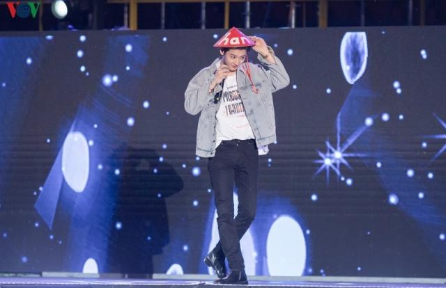 EXO Chanyeol đội nón lá, Sehun chia sẻ rất nhớ Việt Nam tại K-Pop Super Concert