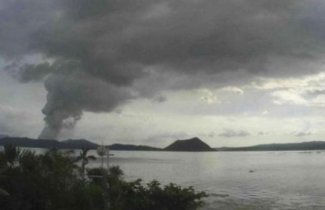Núi lửa Taal tại Philippines bắt đầu phun dung nham