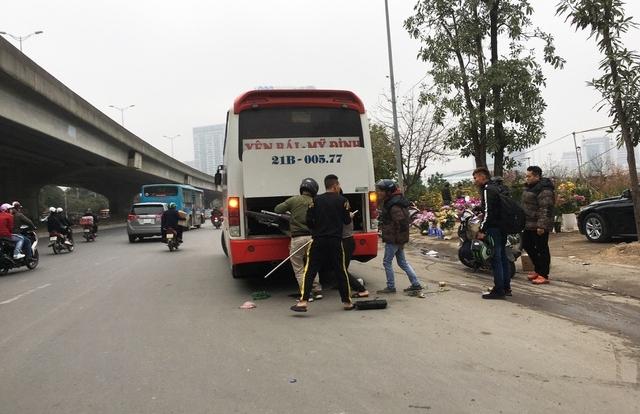 """Hà Nội: Xe khách thỏa sức """"lộng hành"""" xung quanh bến xe Mỹ Đình"""