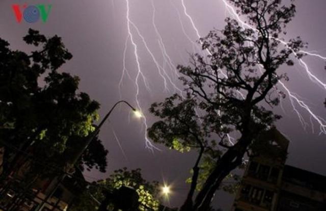 Cảnh báo dông lốc, mưa đá ở Bắc Bộ, Trung Bộ trong những ngày tới