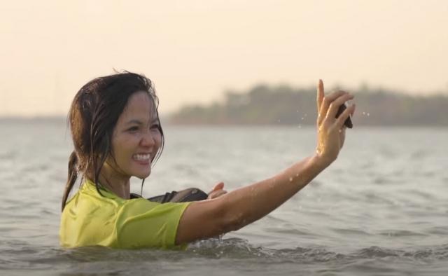 Hoa hậu H'Hen Niê lội sông mò trai dịp nghỉ lễ