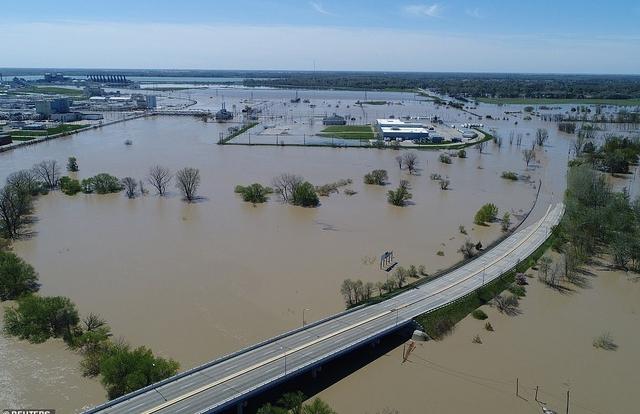 """Vỡ 2 đập, bang của Mỹ gặp thảm họa """"500 trăm năm có một"""""""
