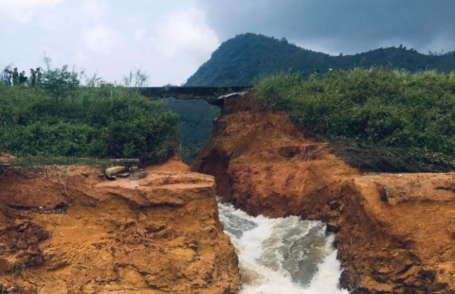 Hình ảnh vỡ đập thủy lợi Đầm Thìn (Phú Thọ) nhiều hộ dân phải sơ tán