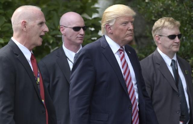 Người biểu tình bao vây Nhà Trắng, Tổng thống Trump xuống hầm trú ẩn