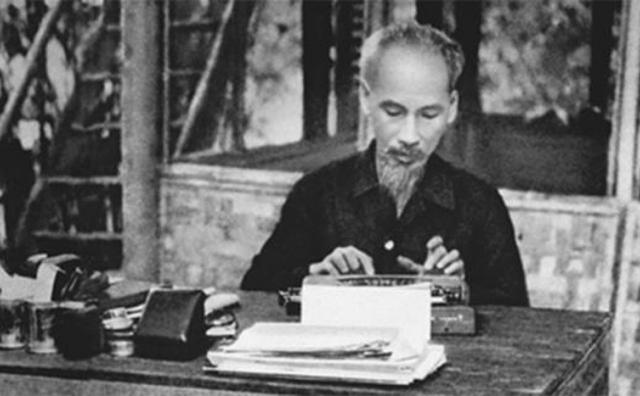 """Bác Hồ viết bài báo """"Nâng cao đạo đức cách mạng, quét sạch chủ nghĩa cá nhân"""""""