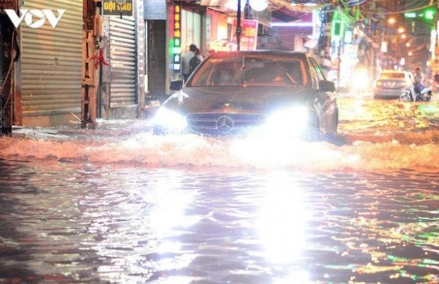 Kinh nghiệm khi lái xe vào mùa mưa và qua đường ngập