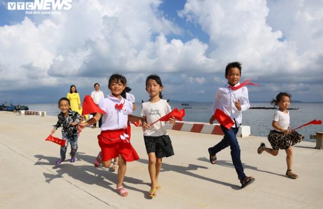 Xúc động lễ khai giảng của 2 thầy cô và 7 học trò giữa đảo tiền tiêu Tổ quốc