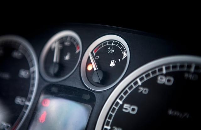 Thói quen chạy gần hết xăng mới đổ thêm gây hại cho xe thế nào?