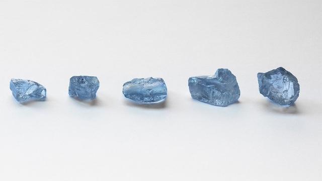 Choáng váng khi cùng lúc tìm thấy 5 viên kim cương xanh cực hiếm