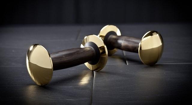 """Tập thể thao """"kiểu tỷ phú"""": Dùng tạ bằng vàng và gỗ quý tinh xảo có giá gần 3 tỷ đồng"""