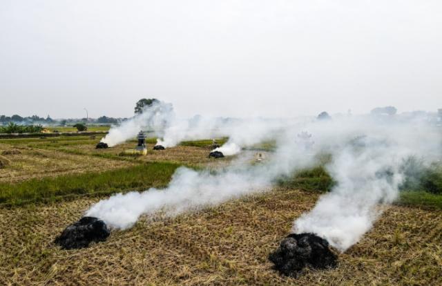 Cảnh đốt rơm rạ khiến Hà Nội mịt mù trong khói