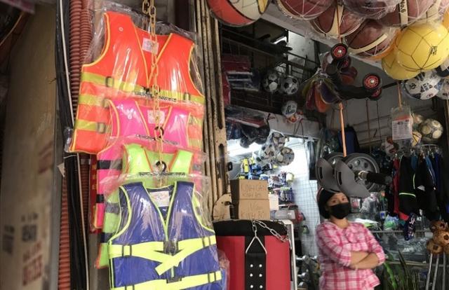 Hà Nội: Xử nghiêm cửa hàng găm, tăng giá áo phao cứu sinh