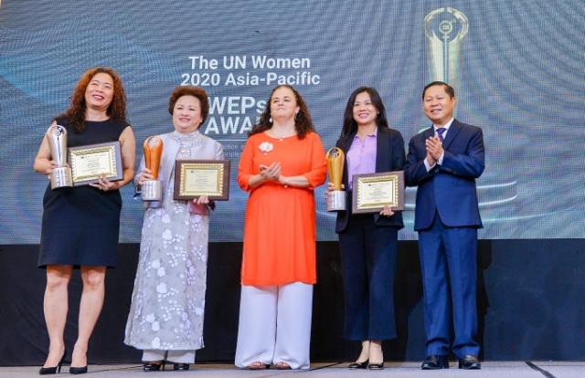 Hai nữ doanh nhân Nguyễn Thị Nga và Thái Hương cùng đoạt giải WEPs