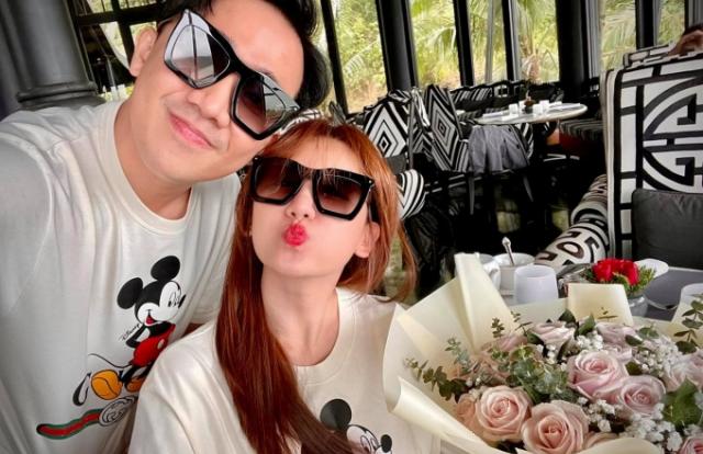 """Trấn Thành tung ảnh kỷ niệm 4 năm ngày cưới, để lộ khoảnh khắc khiến người xem """"đỏ mặt"""""""