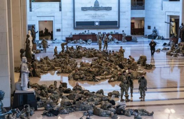 Nhìn lính Vệ binh Quốc gia ngủ vạ vật trong tòa nhà Quốc hội Mỹ