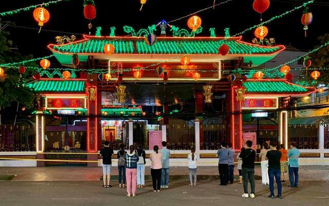Bình Dương: Lễ hội lớn nhất Đông Nam Bộ đóng cửa, người dân đứng ngoài chùa cầu an