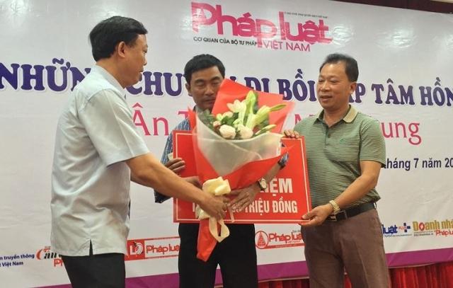 Báo Pháp luật Việt Nam - Ngọn lửa nhỏ góp phần nhân rộng tình yêu thương