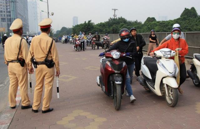 Dắt xe máy đi lên vỉa hè có bị phạt không?