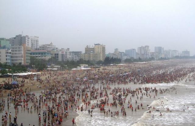 Biển Sầm Sơn chật kín du khách dịp nghỉ lễ