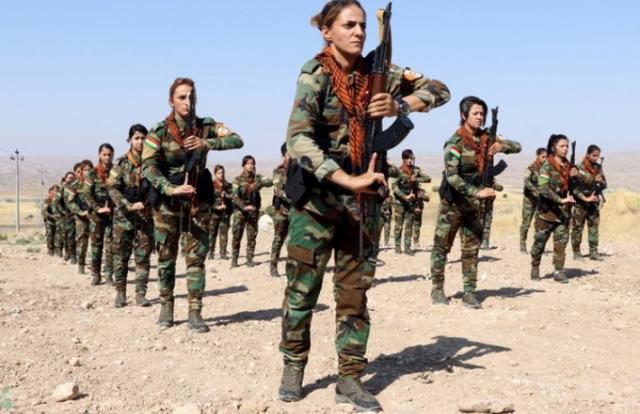 """Hình ảnh quốc tế ấn tượng: Dàn """"bóng hồng"""" người Kurd cầm súng khổ luyện tại Iraq"""