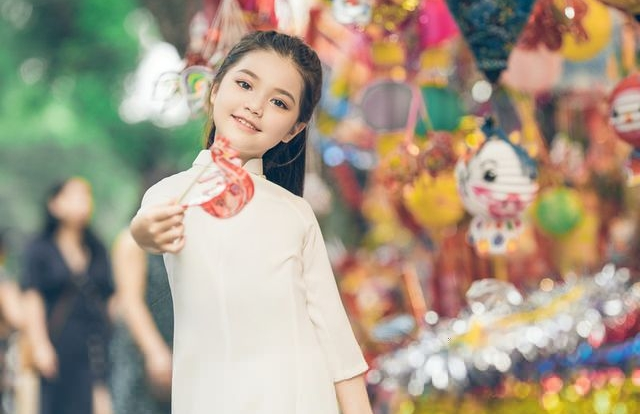 Bé gái 8 tuổi xinh như thiên thần dạo phố mùa Trung thu