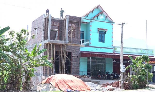 Phù Yên (Sơn La): Hàng loạt công trình xây dựng trái phép trên đất nông nghiệp và hành lang ATGT trên QL37?